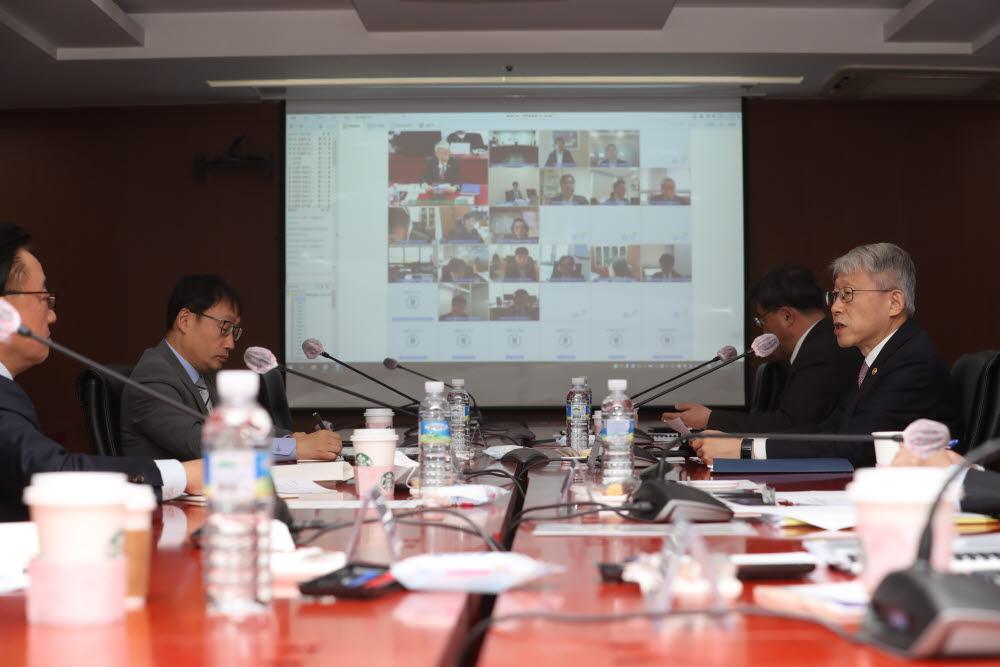최기영 과학기술정보통신부 장관(오른쪽)이 8일 한국정보화진흥원 서울사무소에서 열린<br />제3차 5G+ 전략위원회 에 참석했다.