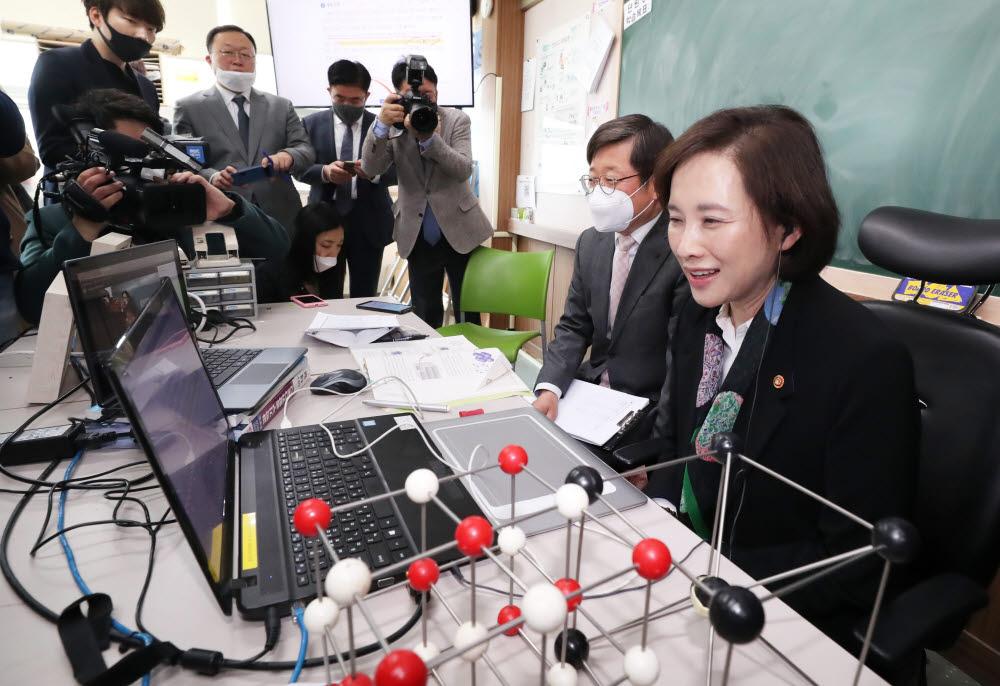 유은혜 부총리가 수원 고색고등학교 온라인 개학식에 참석해 학생들에게 인사를 하고 있다. 사진=교육부