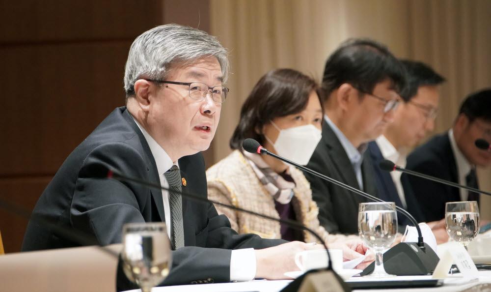 이재갑 고용노동부 장관(왼쪽 첫번째)은 9일 서울 로열호텔에서 고용노동분야 전문가 간담회를 열고 코로나19 위기가 국내 노동시장에 미치는 영향을 진단하고 대응방안을 논의했다.