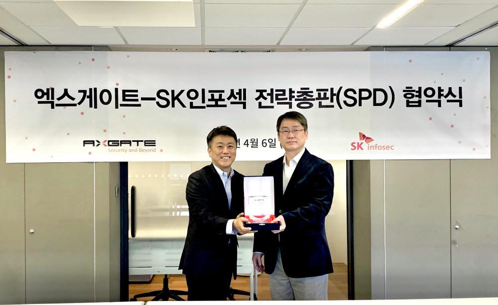 정재용 SK인포섹 영업혁신본부장(왼쪽)과 주갑수 엑스게이트 대표가 전략 총판 계약을 체결하고 있다. (사진=엑스게이트 제공)