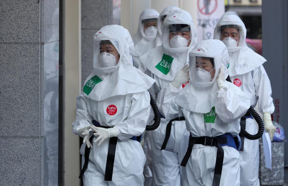8일 오전 대구동산병원에서 코로나19 확진자 진료에 투입되는 의료진이 음압병동으로 향하고 있다. 연합뉴스