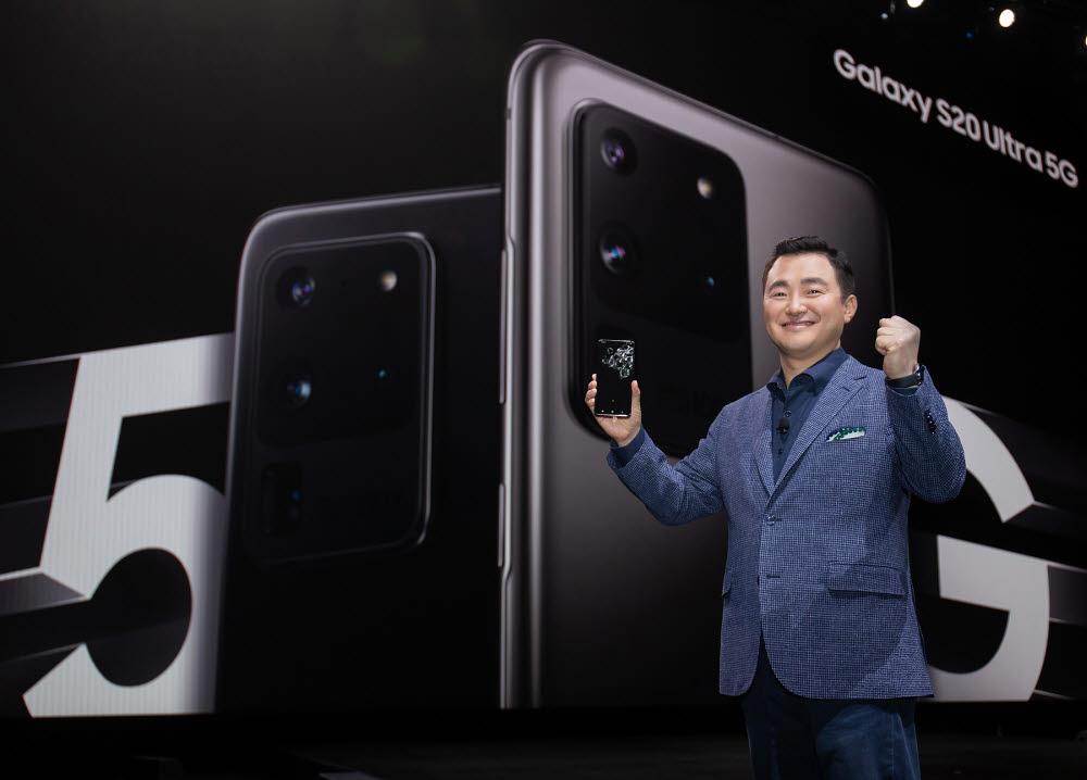 노태문 삼성전자 무선사업부장(사장)이 지난 2월 미국 샌프란시스코에서 열린 갤럭시 언팩 2020에서 신제품을 소개하는 모습.