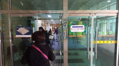 코로나19에도 유권자 권리 행사…투표소마다 시민 줄 이어
