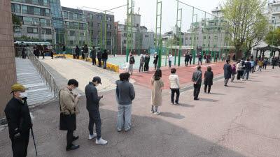 '사회적 거리두기' 투표 긴 줄