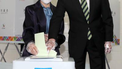 투표 하는 손학규 상임선대위원장