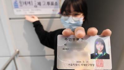 """생애 첫 투표 """"신기해요"""""""