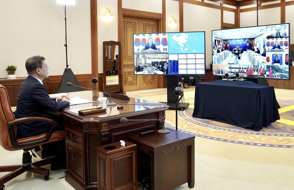 문재인 대통령이 14일 청와대 집무실에서 아세안+3 화상정상회의를 하고 있다. <연합뉴스>