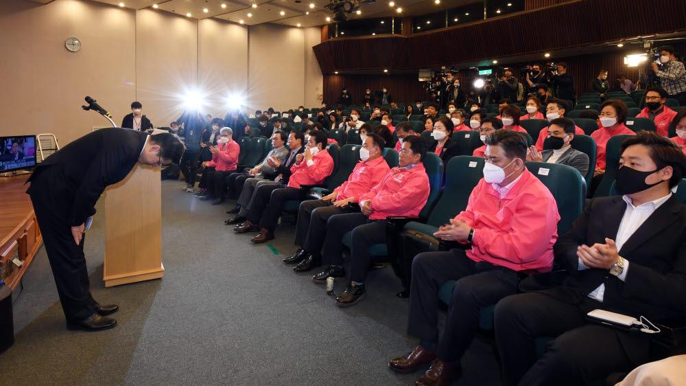 황교안 미래통합당 총괄선대위원장이 15일 오후 국회도서관 선거상황실에서 총선 결과 관련, 당대표직 사퇴를 밝힌 뒤 고개 숙여 인사하고 있다.