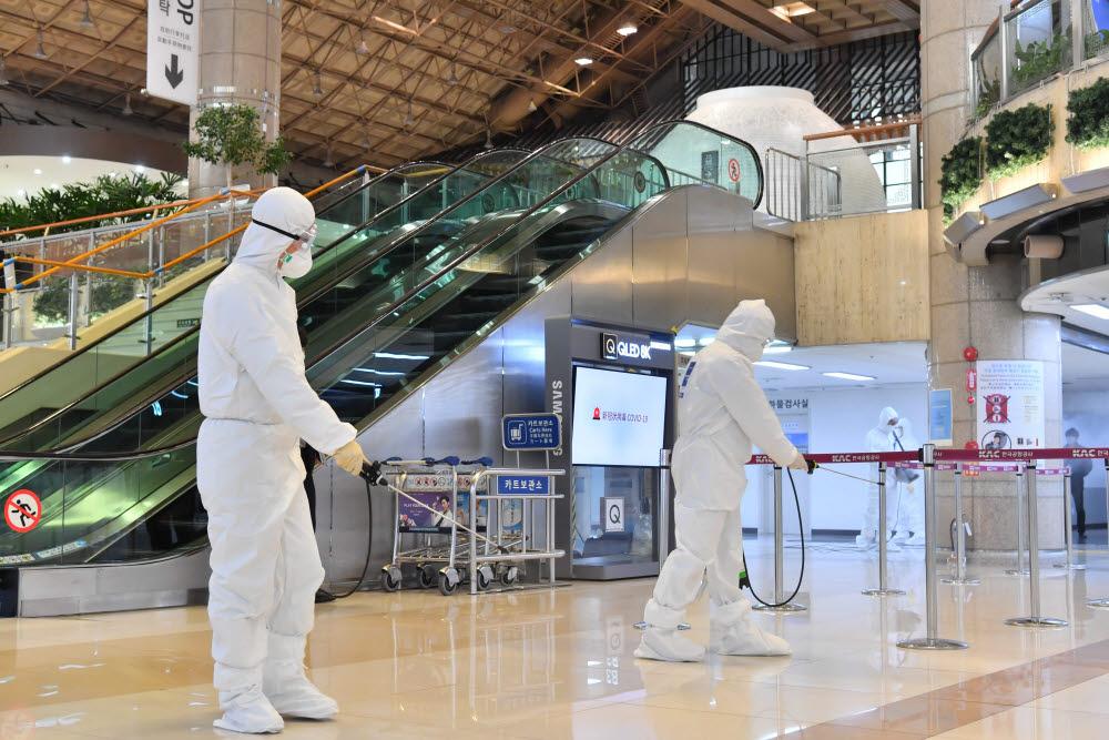 김포국제공항 국제선 청사에서 방역원들이 방역작업을 하고 있다. 박지호기자 jihopress@etnews.com