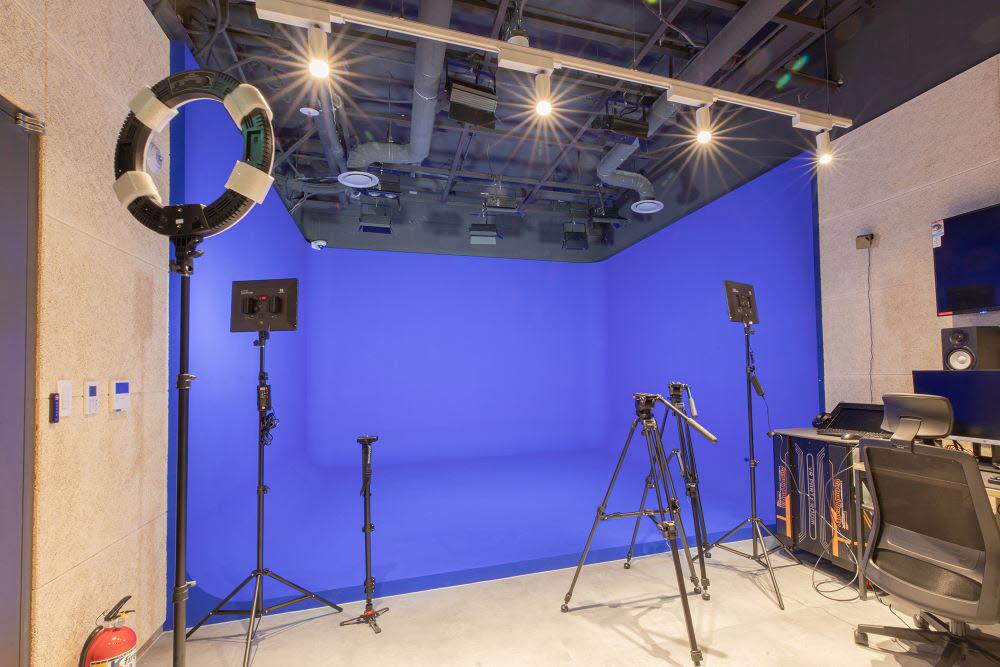 CG합성 영상을 촬영할 수 있는 크로마키 스튜디오.