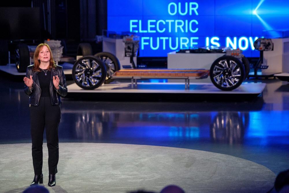 메리 바라 GM 회장이 얼티엄 배터리와 차세대 전기차 플랫폼을 발표하고 있는 모습(자료: GM).