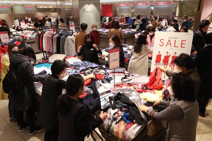 롯데백화점 본점에서 고객들이 봄 정기세일 상품을 구매하고 있다./사진=연합
