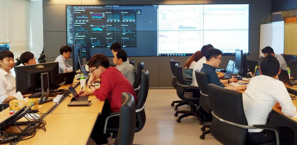 메타넷티플랫폼 클라우드 딜리버리 센터에서 직원들이 클라우드 현황을 모니터링하고 있다. 메타넷티플랫폼 제공