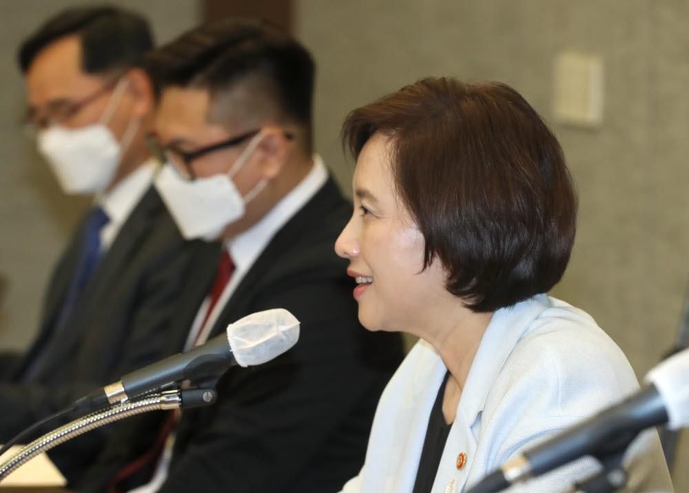 지난 8일 서울 은행회관에서 열린 한국형 원격교육 정책자문단 3차회의에서 유은혜 부총리가 함께 미래교육을 그려보자는 발언을 하고 있다. 사진=교육부