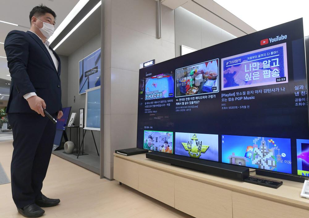 글로벌 TV업체 중 삼성전자와 LG전자의 8K TV만 유튜브 8K 코덱인 AV1 하드웨어 디코딩을 지원해 8K 스트리밍 영상을 볼 수 있는 것으로 나타났다. 12일 서울 송파구 롯데하이마트 메가스토어에서 소비자가 삼성전자(위)·LG전자 8K TV를 살펴보고 있다 이동근기자 foto@etnews.com