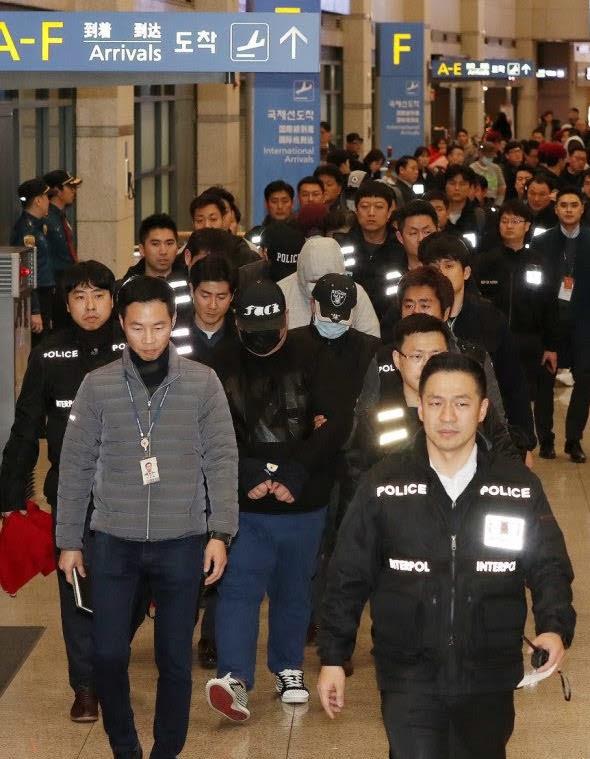 전재홍 경찰청 인터폴계장(우 하단)이 해외도피사범을 국내로 송환하고 있다. 경찰청 제공