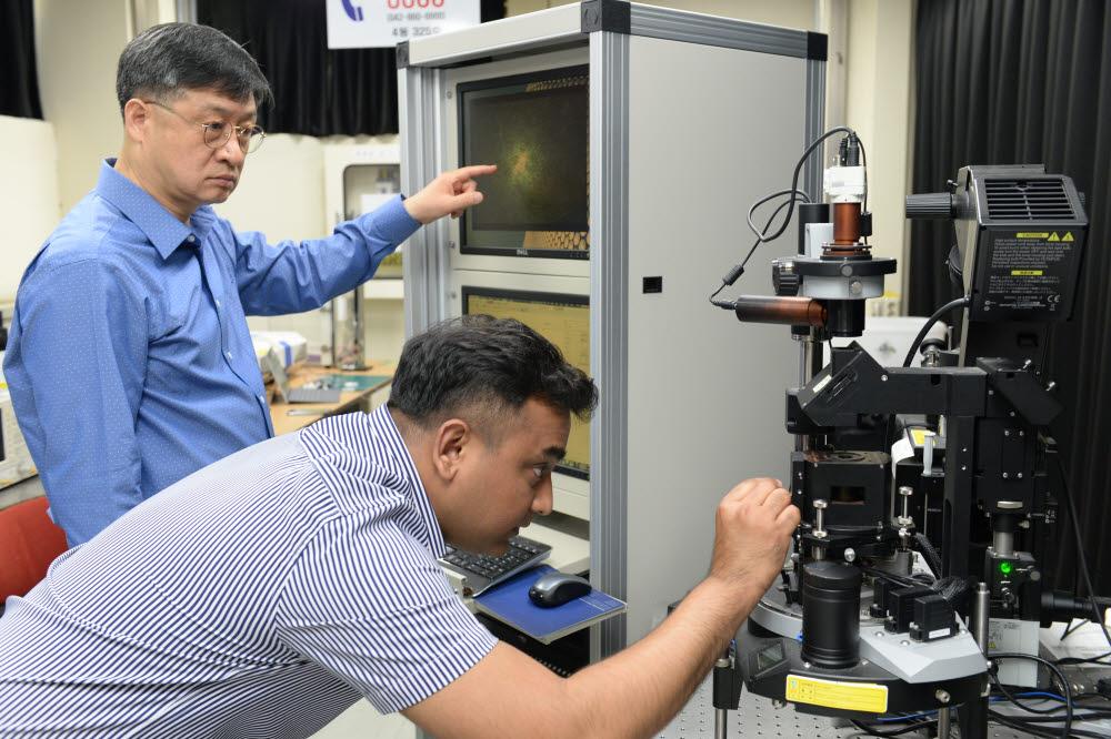 ETRI 연구진이 고감도 비접촉 센서 개발을 위한 센서 소재 성능을 시험하는 모습. 사진 왼쪽부터 최춘기 책임연구원, 슈브라몬달 UST 학생연구원.