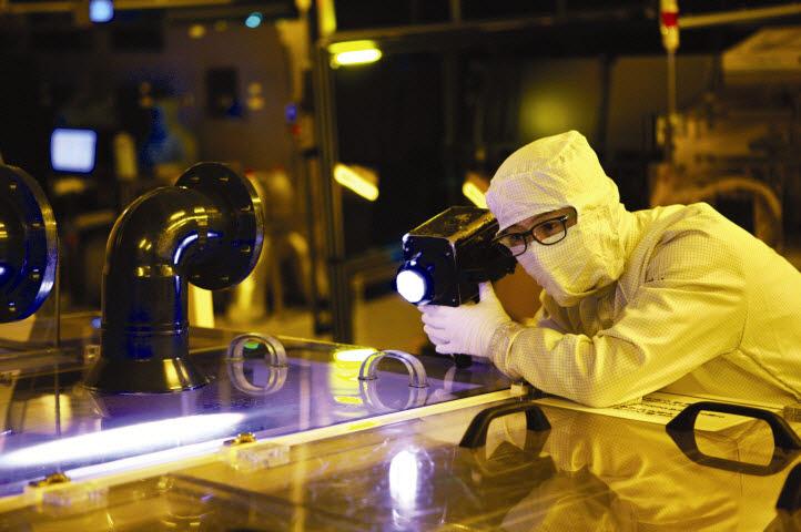 LG이노텍 연구원이 포토마스크를 검사하고 있다.(사진: LG이노텍)