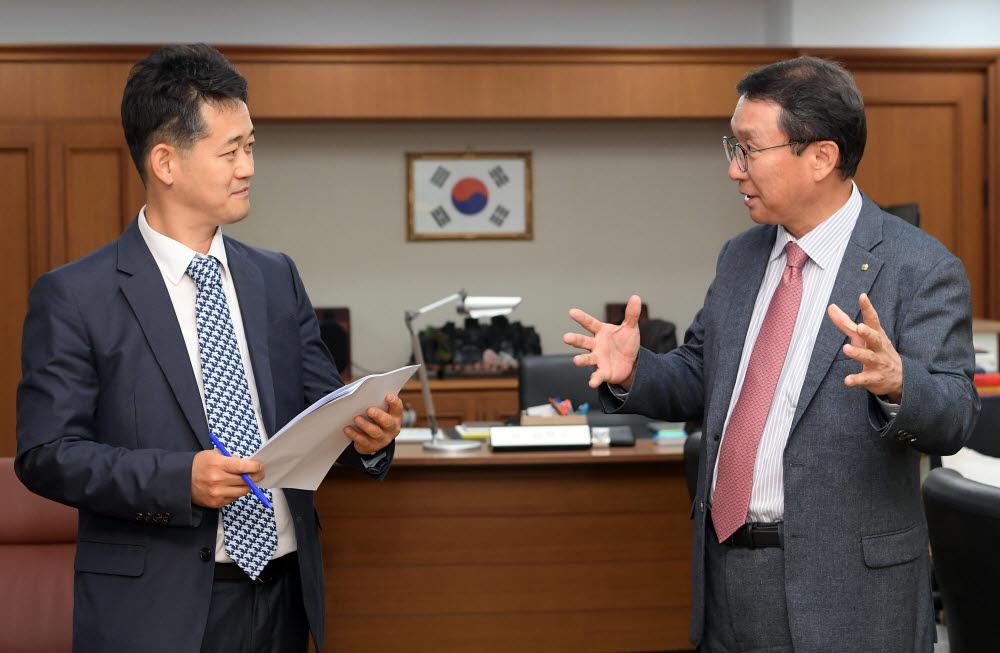 """[데스크가만났습니다]김학수 금융결제원장 """"한국에 금융달팽이 하나쯤은 있어야 하겠지요"""""""