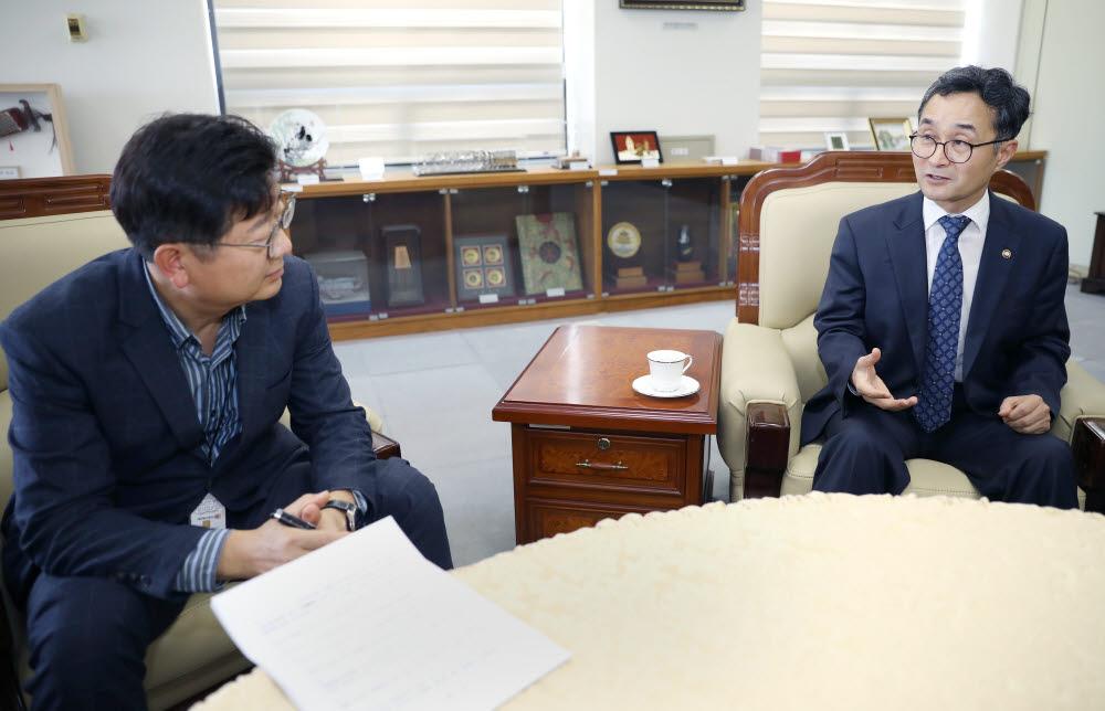 박원주 특허청장(오른쪽)과 정동수 전자신문 전국총괄부국장