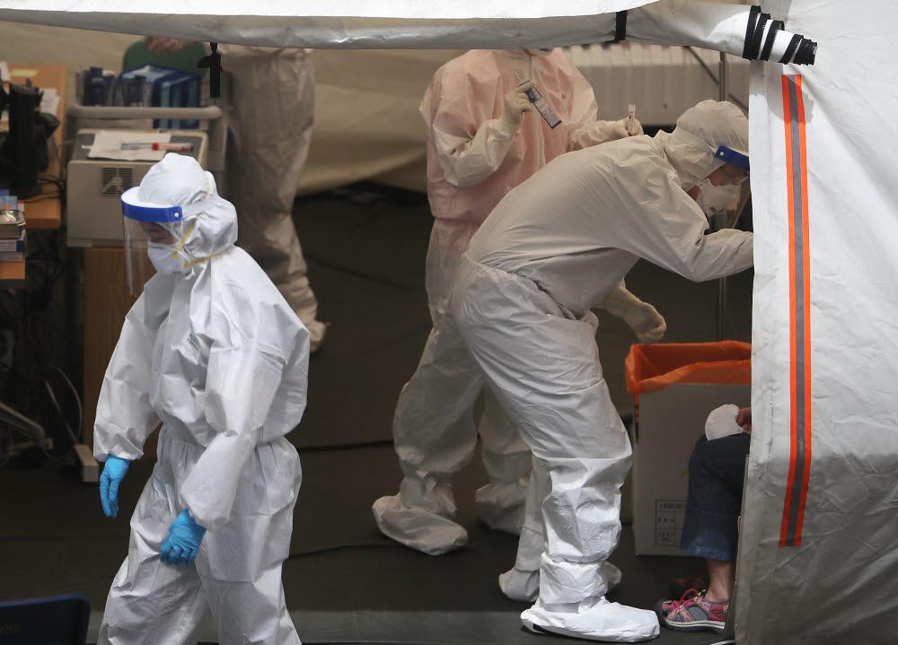 18일 용산구 보건소에 마련된 코로나19 선별진료소를 찾은 시민들이 검사를 받고 있다. 연합뉴스