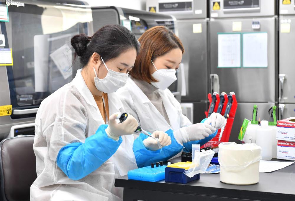 서울 송파구 분자진단 바이오기업 씨젠에서 RT-PCR 진단시약을 실험하고 있다. 박지호기자 jihopress@etnews.com