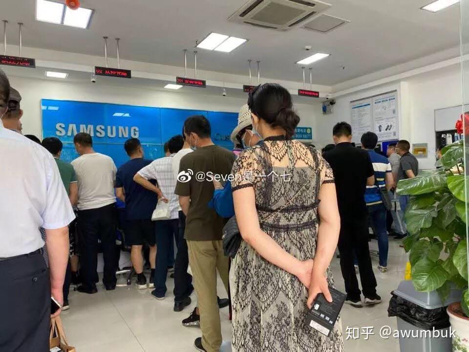 스마트폰이 먹통이 돼 불편을 겪은 많은 이용자가 주말 중 삼성전자 서비스센터를 찾았다.(출처:웨이보)