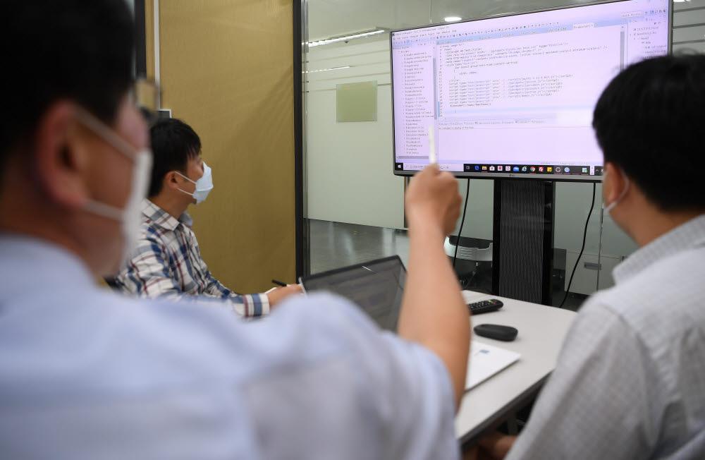 정부가 4세대 교육행정정보시스템(NEIS·나이스)을 당초 계획보다 1년 연기하며 사업을 준비하던 관련 업계가 무기한 사업 발주를 기다리게 됐다. 27일 서울 시내의 한 중소 정보기술(IT)기업에서 관계자들이 시스템 개발 회의를 하고 있다.<br />이동근기자 foto@etnews.com