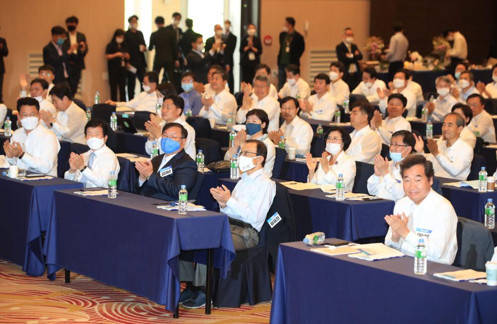 27일 오전 서울 양재동 더케이호텔에서 열린 더불어민주당 제21대 국회의원 당선인 워크숍에서 참석자들이 박수치고 있다.