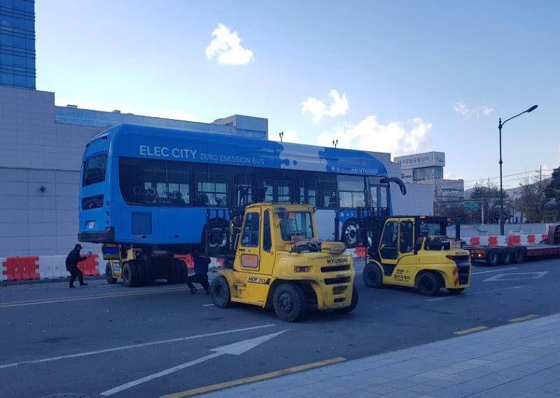 2018년 대구시 행사에서 현대차 전기버스 일렉시티가 시운전 중에 고장으로 견인되고 있다.