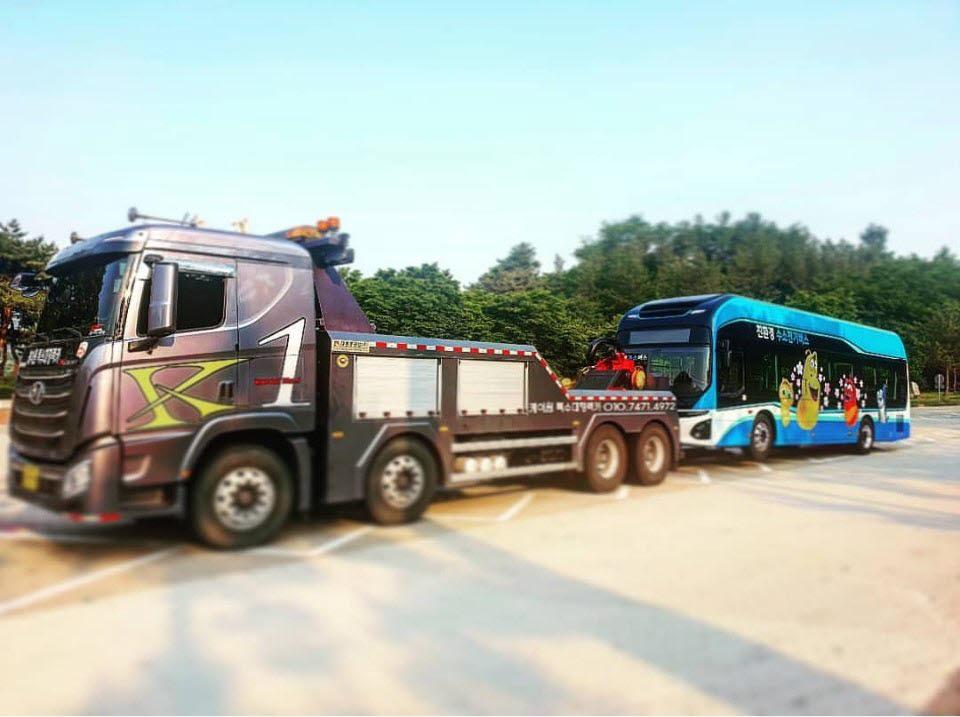 현대차 전기버스 일렉시티가 운행 중에 고장으로 견인되고 있다.