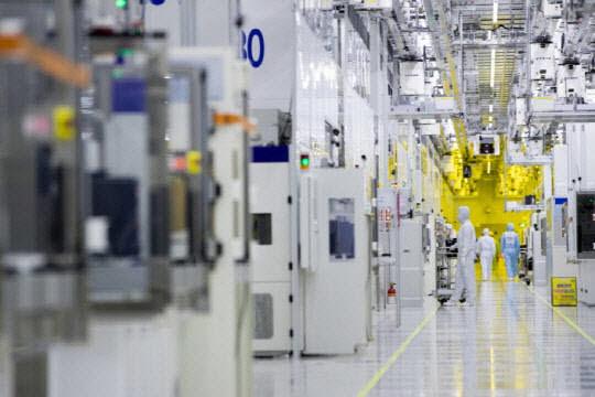 삼성전자 반도체 공장 내부 모습 <사진=삼성전자>