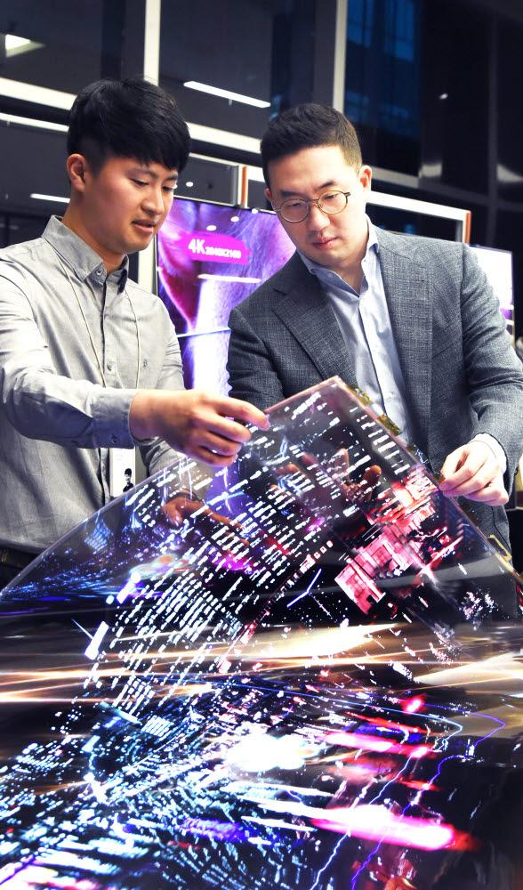 지난 2018년 구광모 (주)LG 회장이 LG사이언스파크를 방문해 연구원과 함께 투명 플렉시블 OLED를 살펴보고 있다.
