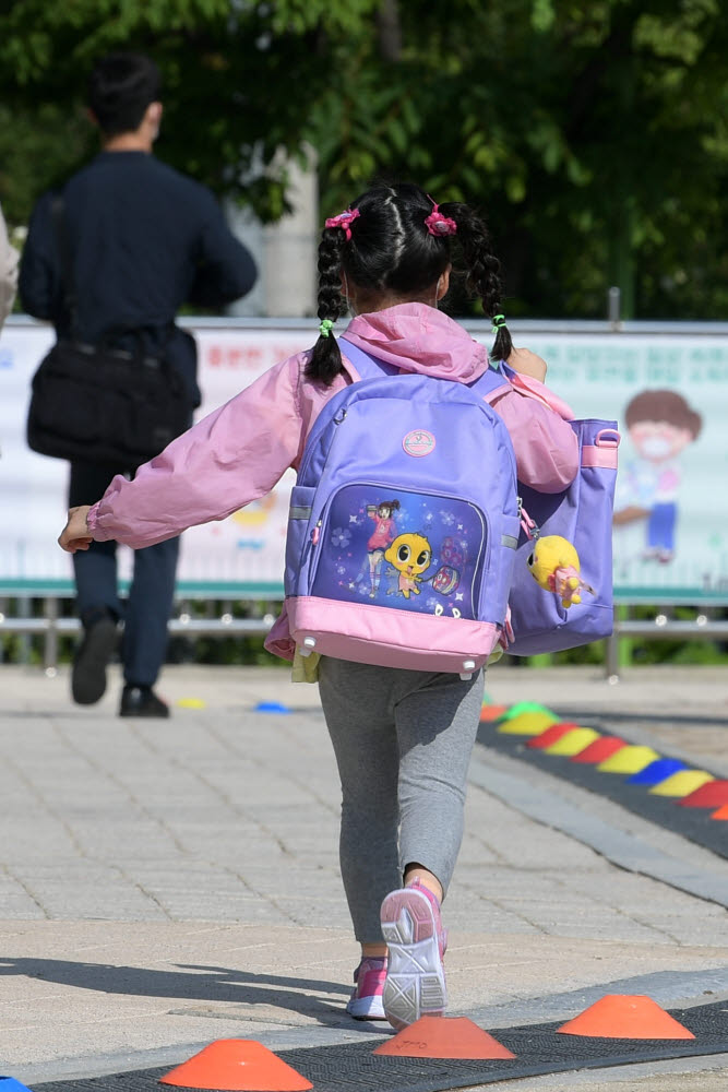 [기자의 일상]'설레는 발걸음' 첫 등교 안전 기원