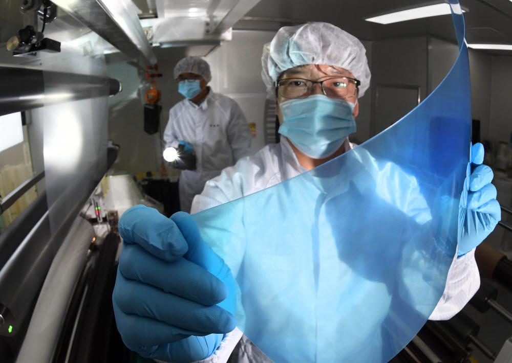 코로나19 재확산...동이온 항균필름으로 감염 예방하세요
