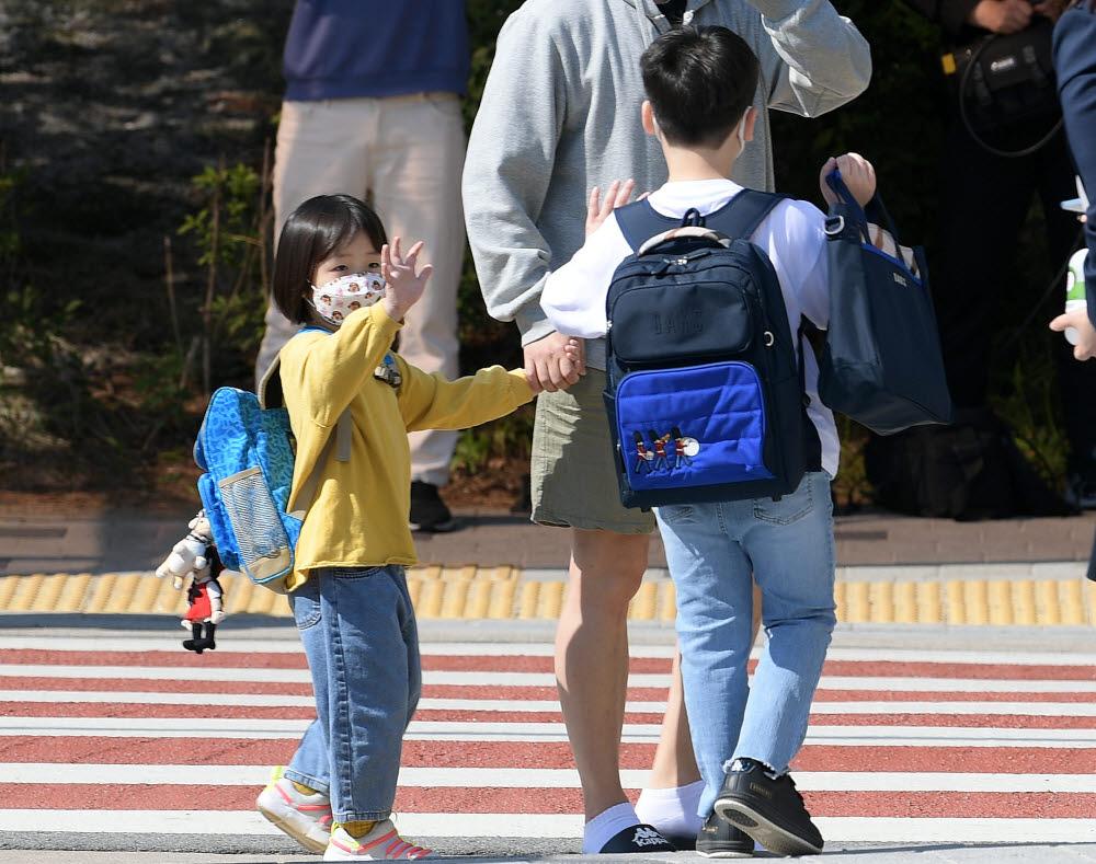 초등학생들이 등교하는 모습 <전자신문 DB>
