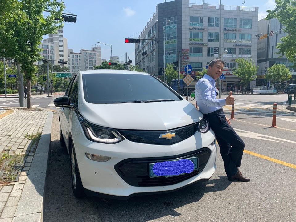 경남 창원 사는 송 모씨가 자신의 볼트 차량 앞에서 촬영을 하고 있다.