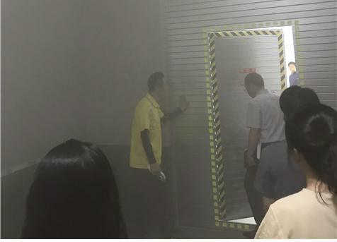 경남학생안전체험교육원에서 화재현장 탈출을 위한 유도등 활용 및 방화셔터를 통한 탈출법을 교육하는 모습