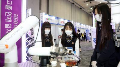 로봇 바리스타 보는 학생