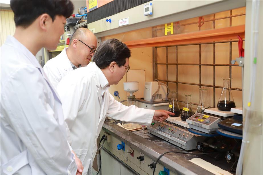 장희동 박사(사진 가운데)와 연구진이 친환경 고순도 흑연 정제 과정을 진행하고 있다.
