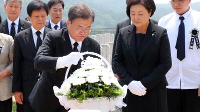 고 남궁선 이등중사 묘역 헌화하는 문 대통령