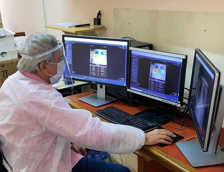 브라질 대형병원 체인 중 하나인 프리벤트 시니어 병원 의료진이 루닛 인사이트 CXR의 도움을 받아 코로나19 의심 환자의 영상을 판독하고 있다. (사진=루닛)