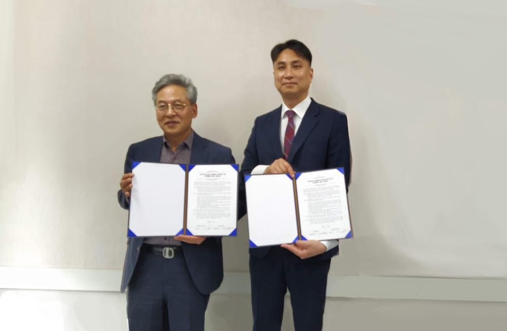 김황배 남서울대학교 산학협력단장(왼쪽)과 서우승 베스트텍시스템 대표가 VR 교육활성화를 위한 산학협력을 맺었다.