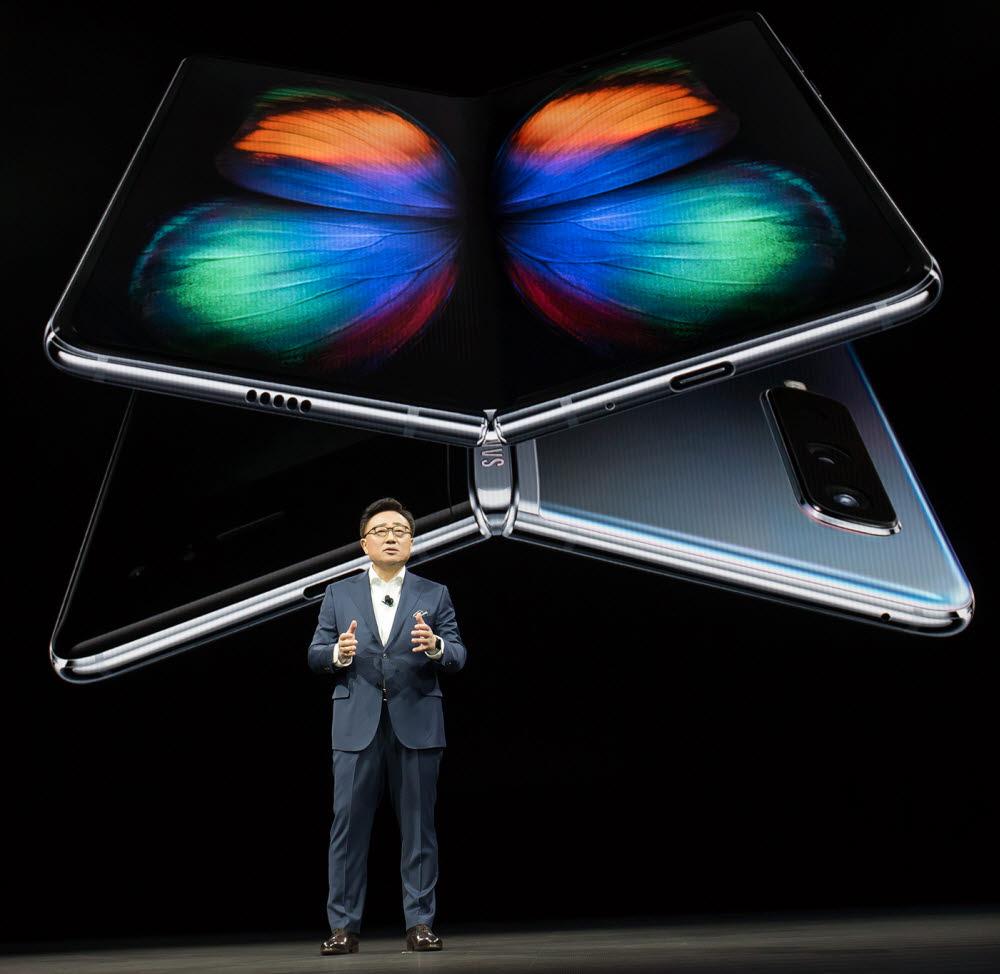고동진 삼성전자 IM부문장(사장)이 갤럭시폴드를 소개하고 있다.