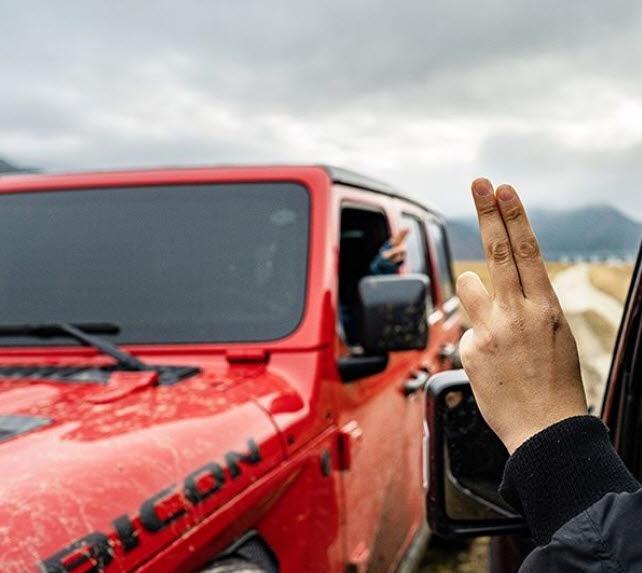 지프 오너끼리 손 인사를 건네는 모습.