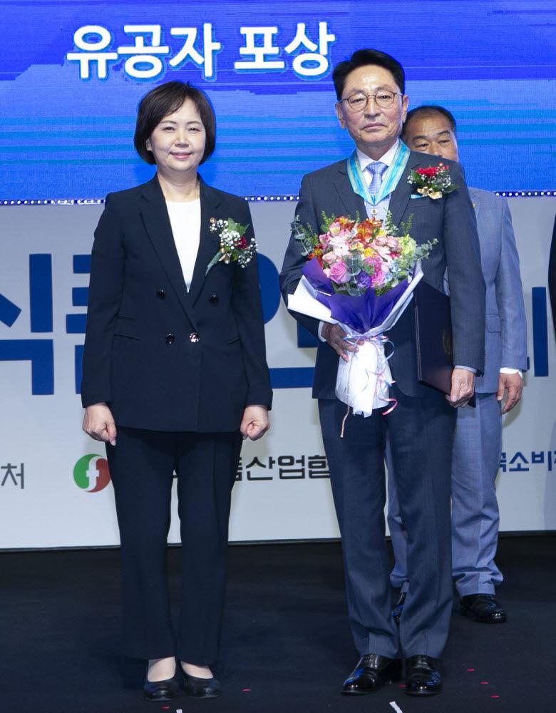 Tại lễ kỷ niệm Ngày An toàn Thực phẩm lần thứ 19 được tổ chức tại Phòng Thương mại & Công nghiệp Hàn Quốc vào ngày 12 tháng 7, Lee Chang-hwan, Chủ tịch của Dongseo Co., Ltd. đã nhận Huân chương Công nghiệp Dongtan vì những đóng góp cho sự tiến bộ của văn hóa ẩm thực Hàn Quốc. Eui-kyung Lee, Giám đốc An toàn Thực phẩm và Dược phẩm (trái) và Lee Chang-hwan, Chủ tịch của Dongseo Co., Ltd. (phải) đang chụp ảnh kỷ niệm.