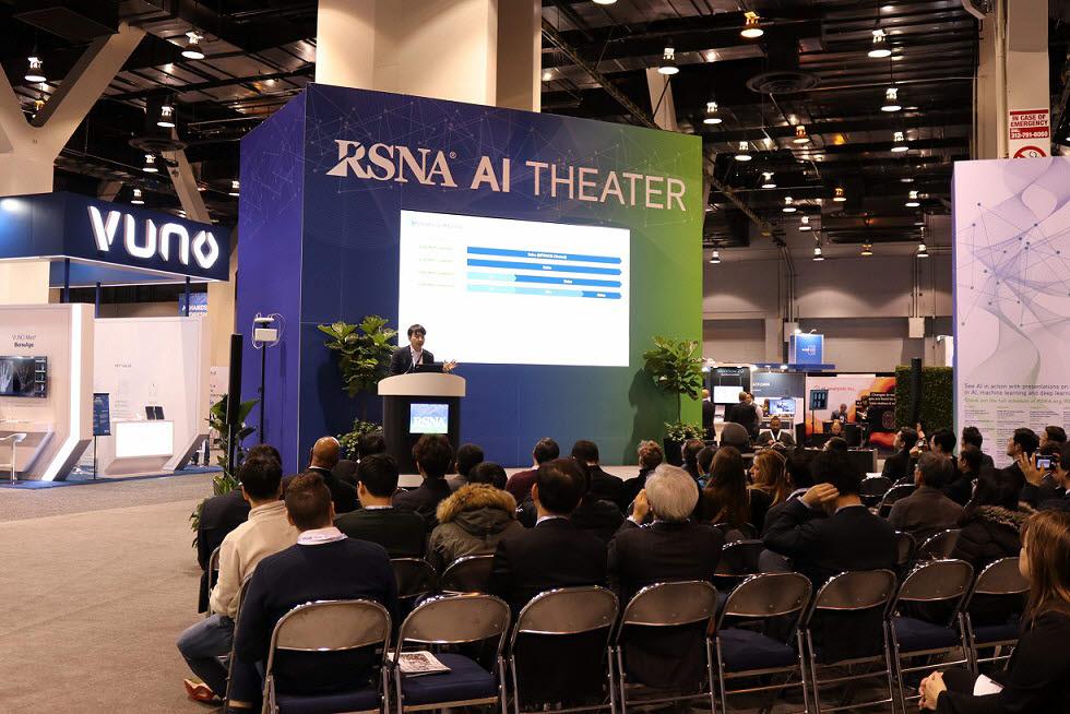 지난해 미국 시카고에서 진행된 2019년 북미 방사선 의료기기 전시회(RSNA 2019)에서 뷰노가 의료 인공지능(AI) 솔루션을 선보이는 모습. (사진=뷰노)