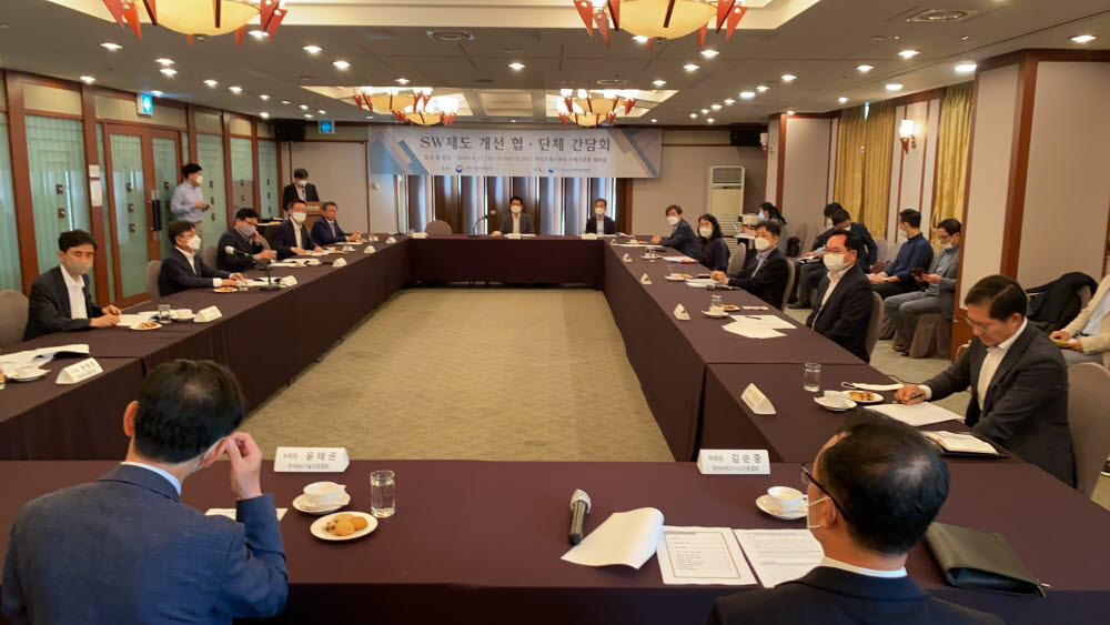 과학기술정보통신부가 17일 서울 중구 한국프레스센터에서 소프트웨어 제도 개선 협단체 간담회 를 개최했다. 장석영 과기정통부 제2차관이 인사말을 하고 있다. 과기정통부 제공