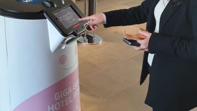 앱으로 문 열고 로봇이 룸 서비스… AI호텔 전국 확산