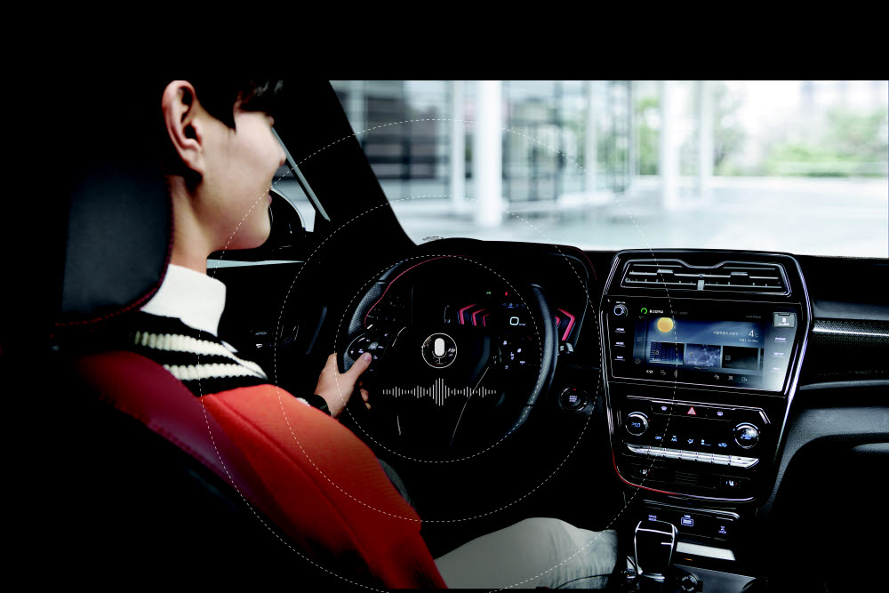 쌍용차는 LG유플러스, 네이버와 함께 커넥티드 서비스 인포콘을 개발했다. 운전대 왼쪽 버튼을 눌러 음성명령을 내릴 수 있다.